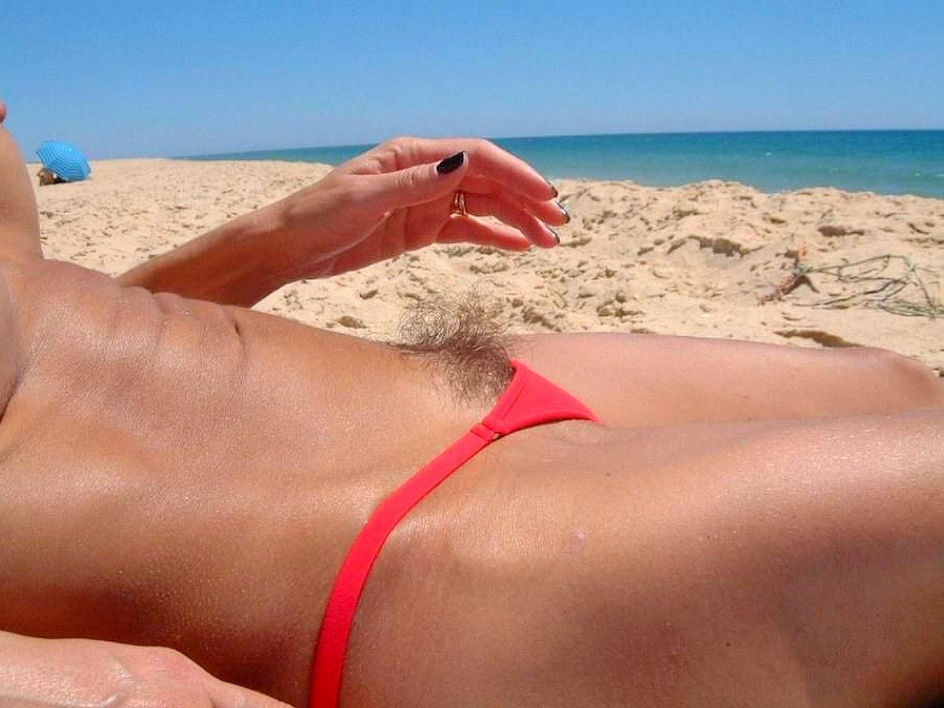 понял торчащая волосня из трусов на пляже что