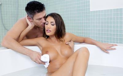 Анальный секс в воде